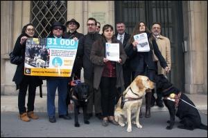 Remise des signatures au ministère le 8 avril ©PatricePierrot